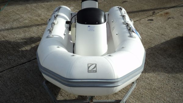 1247 - zodiac 3.4 rib with yamaha 25 two stroke and trailer - from front_l