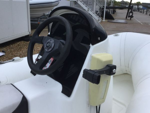 1247 - zodiac 3.4 rib with yamaha 25 two stroke and trailer - helm (2)_l