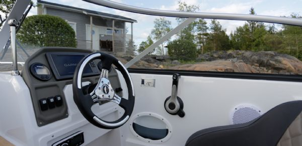 finnmaster 62 bow rider with yamaha engine - helm and steering wheel_l