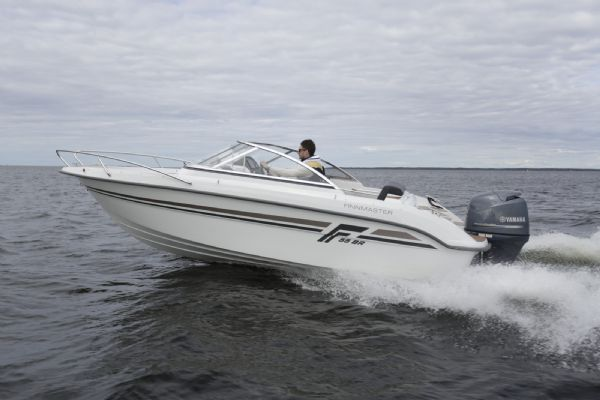 finnmaster 55 bow rider with yamaha engine - high speed on water from side_l