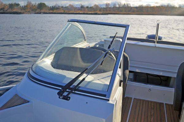 finnmaster 55 bow rider with yamaha engine - windscreen and wipers_l