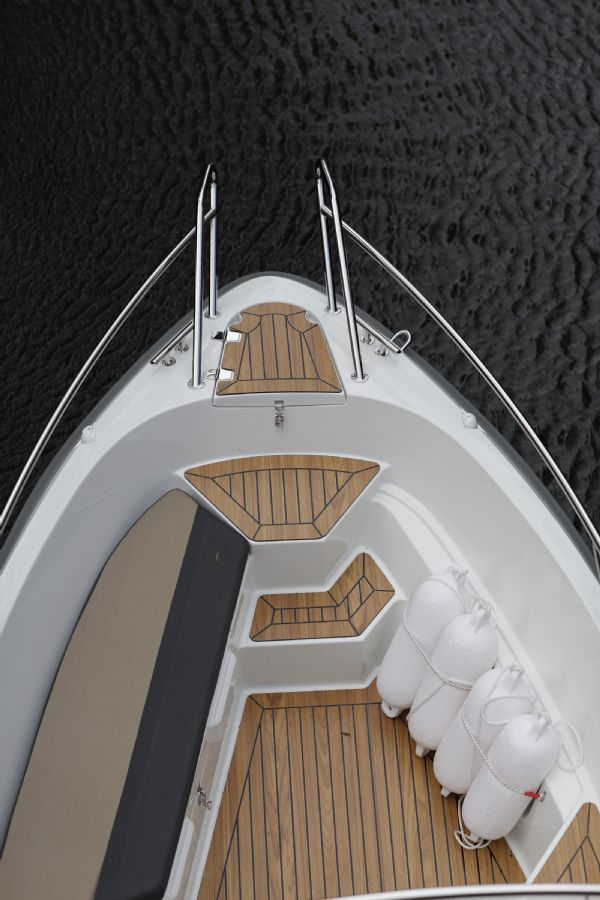 finnmaster 55sc boat with yamaha outboard engine - bow and teak effect decking_l