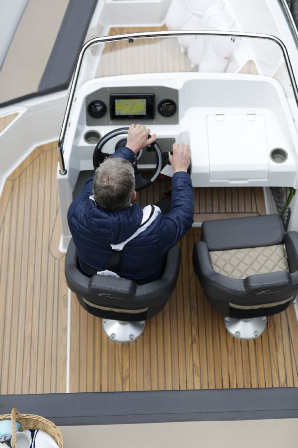 finnmaster 55sc boat with yamaha outboard engine - console and helm seats_l