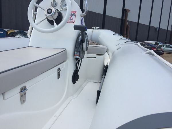 1436 - excel 470 rib with evinrude 60hp outboard engine and trailer - starboard view from stern_l