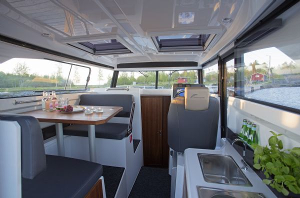 finnmaster pilot 8 with yamaha outboard engine - cabin interior_l