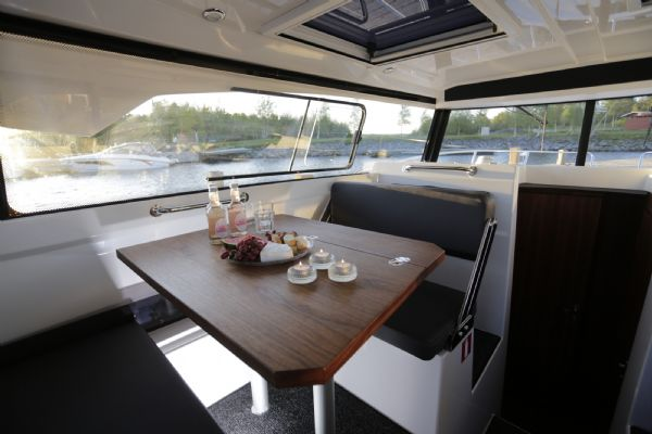 finnmaster pilot 8 with yamaha outboard engine - cabin table_l