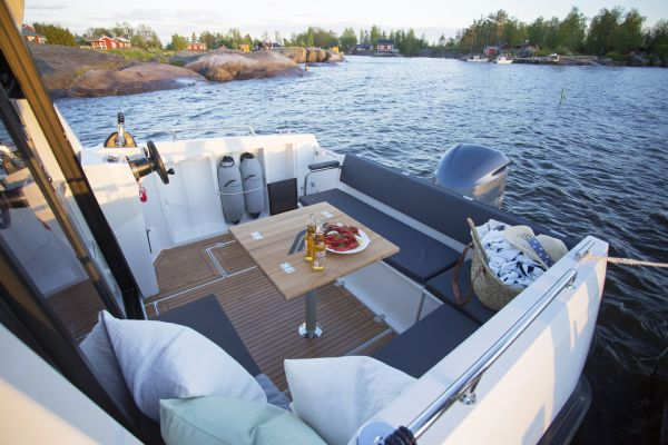 finnmaster pilot 8 with yamaha outboard engine - cockpit seating area_l