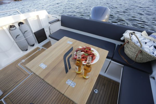 finnmaster pilot 8 with yamaha outboard engine - cockpit table_l