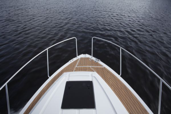 finnmaster pilot 8 with yamaha outboard engine - forward deck hatch_l
