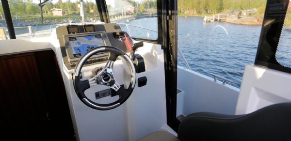 finnmaster pilot 8 with yamaha outboard engine - helm and steering wheel_l