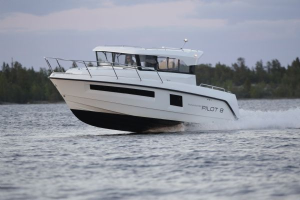 finnmaster pilot 8 with yamaha outboard engine - hull and side view on water_l