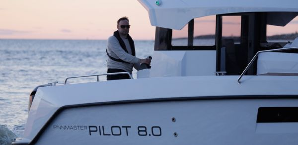 finnmaster pilot 8 with yamaha outboard engine - lifestyle shot_l
