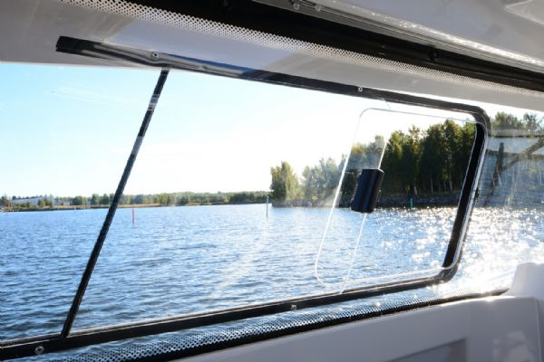 finnmaster pilot 8 with yamaha outboard engine - opening side window_l