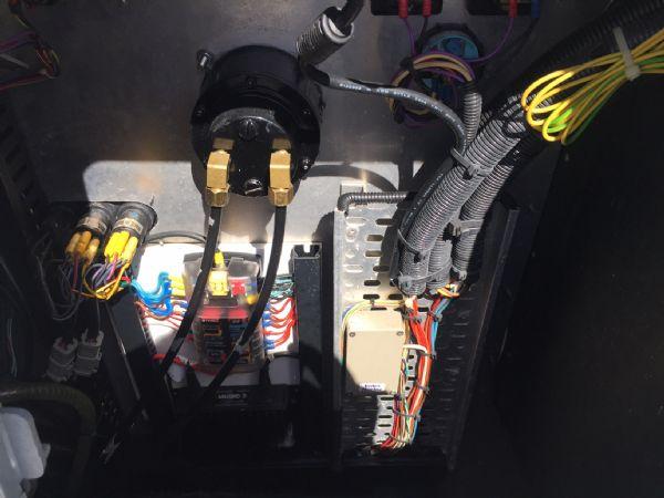 aluminium work boat with twin etecs - inside console_l