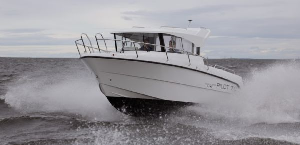 finnmaster pilot 7 with yamaha outboard engine - action shot_l