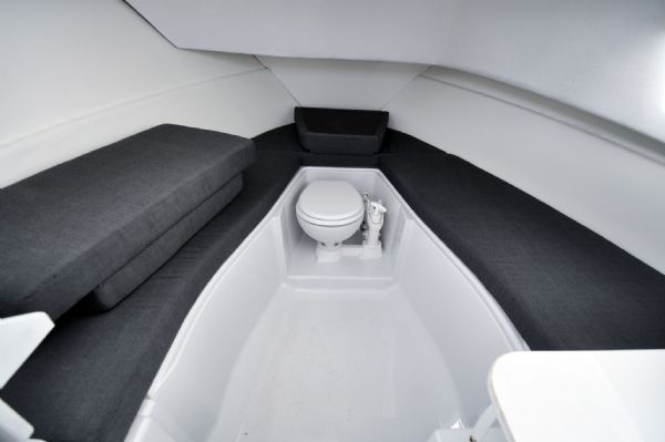 finnmaster pilot 7 with yamaha outboard engine - sea water toilet_l