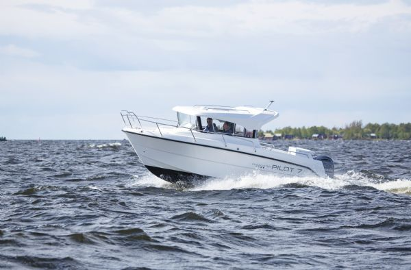 finnmaster pilot 7 with yamaha outboard engine - side of boat in water_l