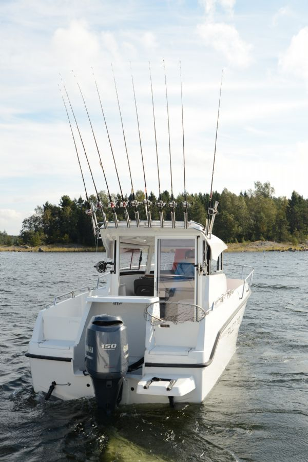 finnmaster pilot 7 with yamaha outboard engine - stern view with rod holders_l