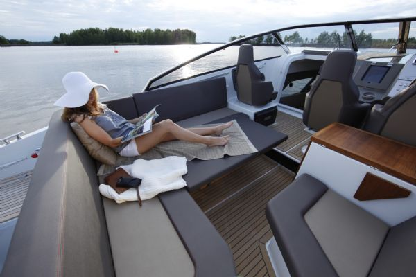 finnmaster t8 with yamaha outboard - cockpit and seating area_l