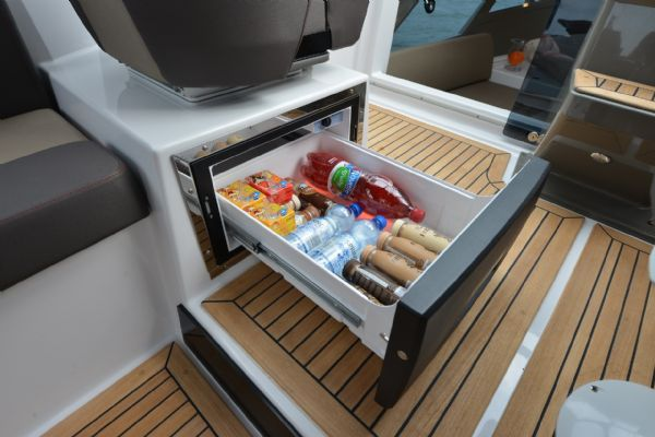 finnmaster t8 with yamaha outboard - drawer fridge_l