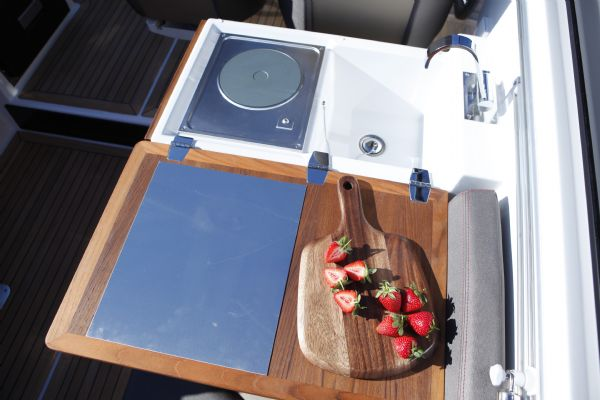 finnmaster t8 with yamaha outboard - galley and sink_l