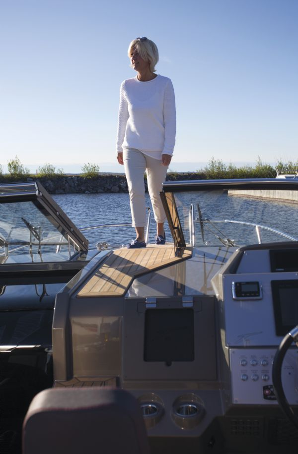 finnmaster t8 with yamaha outboard - teak deck and steps to bow_l
