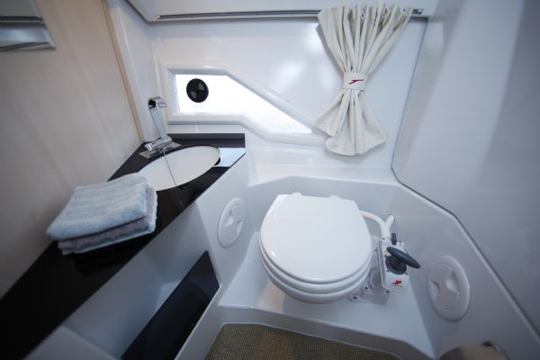 finnmaster t8 with yamaha outboard - toilet_l