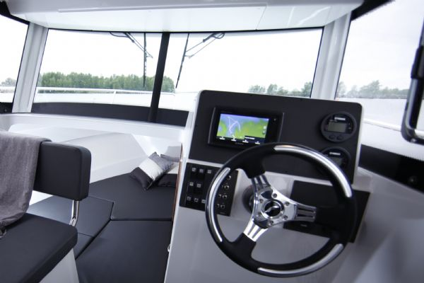finnmaster pilot 7 weekend with yamaha outboard engine - steering wheel_l