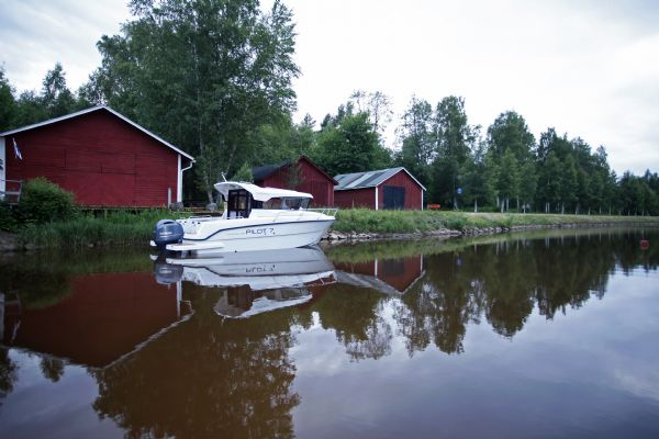 finnmaster pilot 7 weekend with yamaha outboard engine - stern boat overview shot_l
