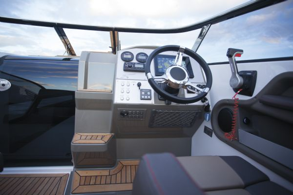 finnmaster t7 with yamaha outboard - cockpit_l