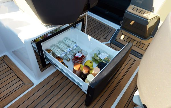 finnmaster t7 with yamaha outboard engine - fridge (2)_l
