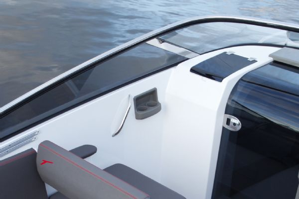 finnmaster t7 with yamaha outboard - windscreen_l