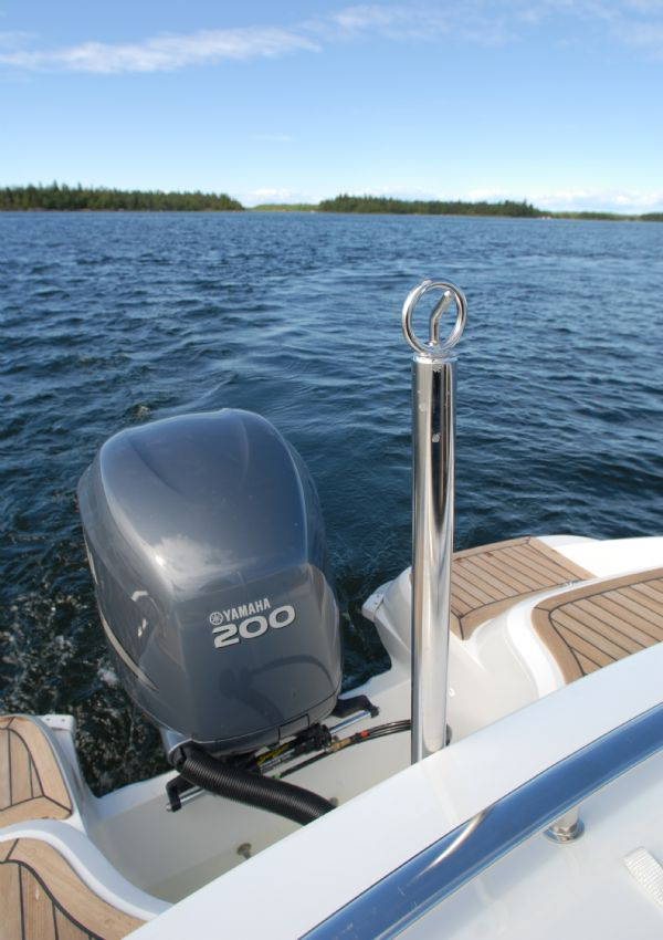 finnmaster 68 day cruiser with yamaha outboard engine - engine and ski pole_l