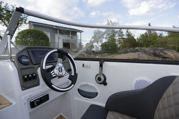 finnmaster 62 day cruiser with yamaha outboard engine - garmin and steering wheel_l