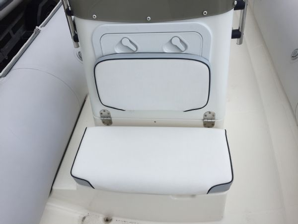 1393 - bombard 640 rib with suzuki 140hp outboard engine and trailer - front console seat_l