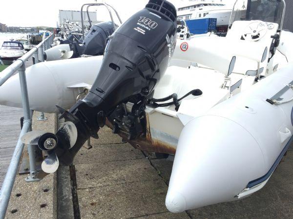 1393 - bombard 640 rib with suzuki 140hp outboard engine and trailer - stern_l