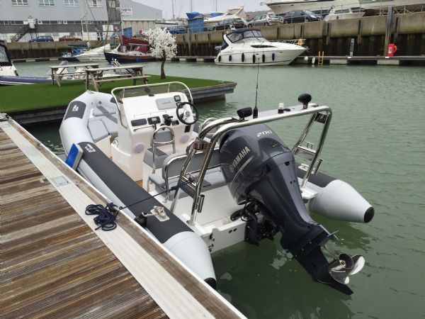 1365 - ballistic 650 rib with yamaha f200g outboard - wet dock from rear_l