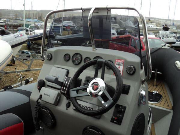 stock - ribquest 6.3 mtr with suzuki df140 - console from side_l