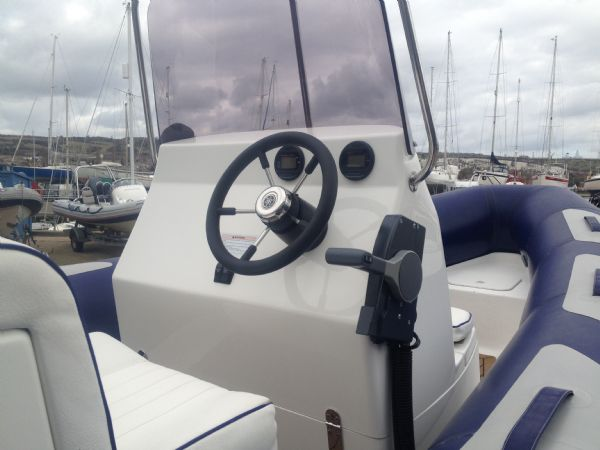 avon 620 with yamaha 150hp outboard helm_l