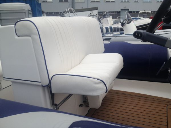 avon 620 with yamaha 150hp outboard helm seat_l