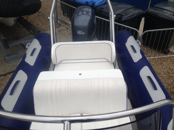 avon 620 with yamaha 150hp outboard seating_l