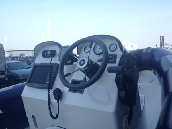 avon 620 with honda 130hp outboard helm_l