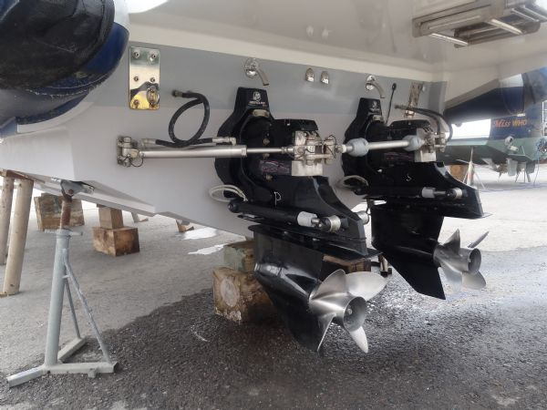 cougar r11 with twin yanmar 260hp - props_l