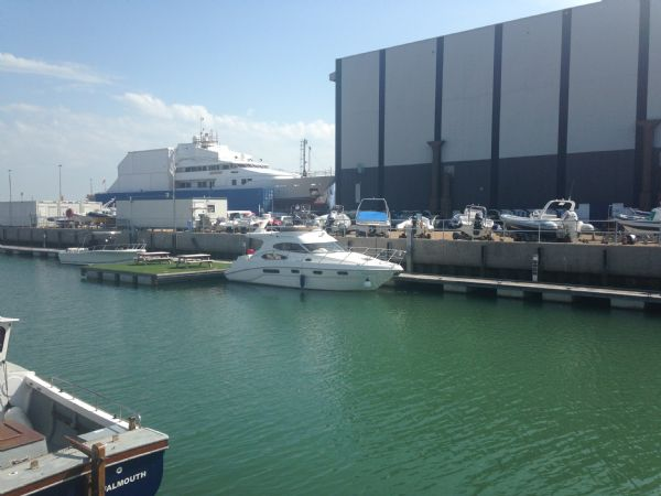 sealine f37 motor yacht with twin volvo kamd 44p-b diesel engine - distance 2_l
