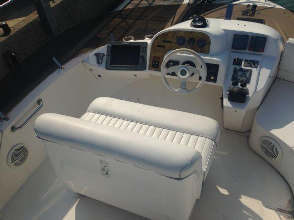 sealine f37 motor yacht with twin volvo kamd 44p-b diesel engine - flybridge helm (2)_l