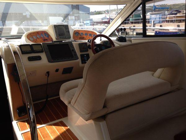 sealine f37 motor yacht with twin volvo kamd 44p-b diesel engine - helm 2_l