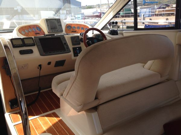 sealine f37 motor yacht with twin volvo kamd 44p-b diesel engine - helm_l
