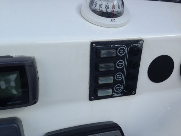 avon 620 rib with yamaha f150 four stroke - switches_l