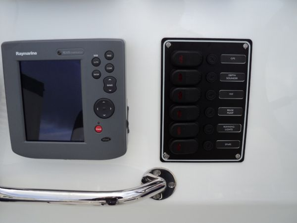 raymarine chartplotter and control pannel_l