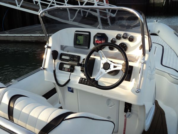 cobra 7.6 with yamaha diesel - helm position_l